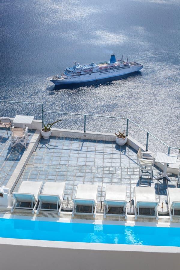 Santorini ö med simbassängen mot skeppet i Grekland royaltyfri bild