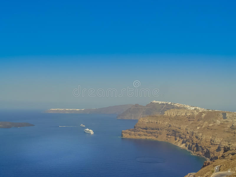 Santorini ö på solnedgången En synvinkel från den Thira byn arkivfoton