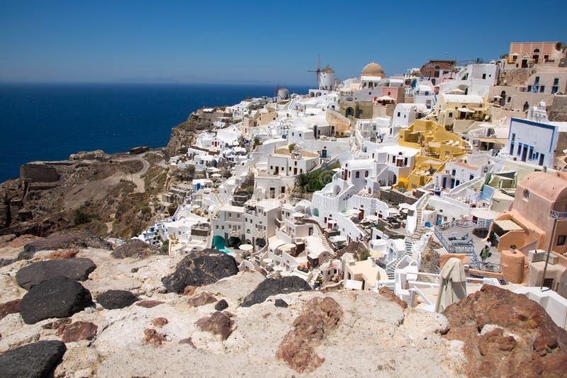 Santorini, Ελλάδα: Νησί Santorini Άποψη του ηφαιστείου Όμορφοι Λευκοί Οίκοι ενάντια σε έναν μπλε ουρανό και στοκ εικόνες με δικαίωμα ελεύθερης χρήσης