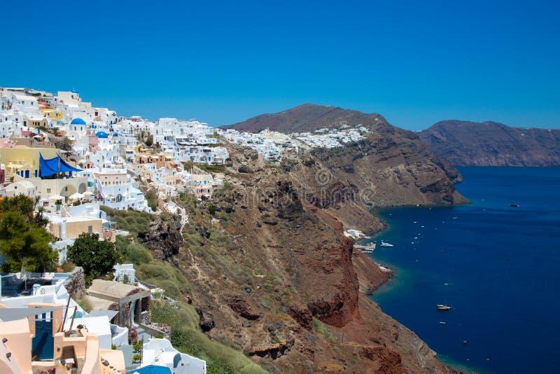 Santorini, Ελλάδα: Νησί Santorini Όμορφοι Λευκοί Οίκοι ενάντια σε έναν μπλε ουρανό και μια θάλασσα στοκ εικόνα με δικαίωμα ελεύθερης χρήσης