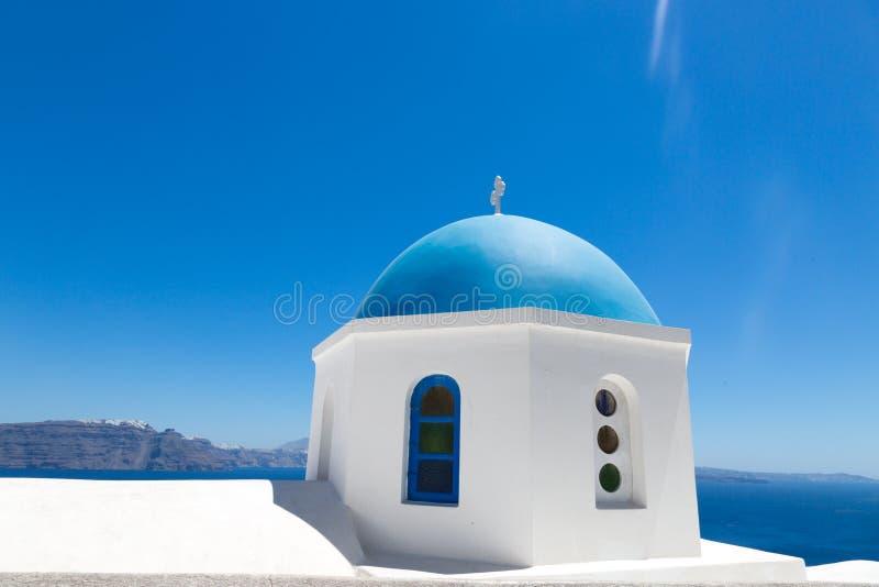 Santorini, Ελλάδα: Οι τουρίστες ανθρώπων κάνουν τις φωτογραφίες στον μπλε θόλο υποβάθρου της εκκλησίας στοκ φωτογραφίες με δικαίωμα ελεύθερης χρήσης