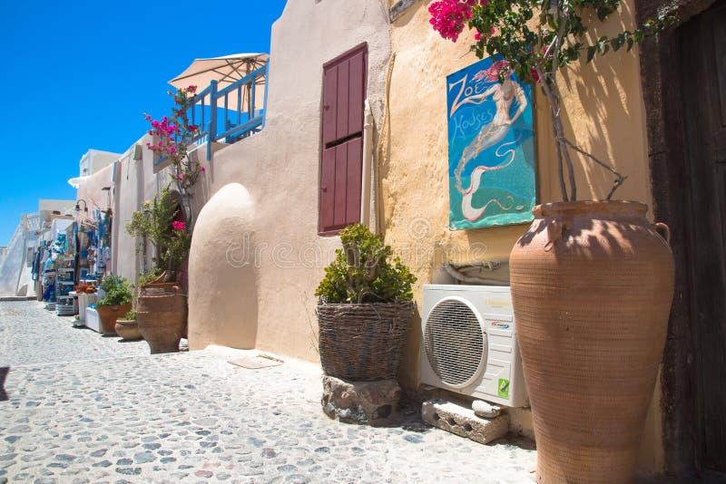 Santorini, Κρήτη, Ελλάδα: παλαιά αυθεντικά διακοσμημένα οδός λουλούδια στο  στοκ φωτογραφίες με δικαίωμα ελεύθερης χρήσης