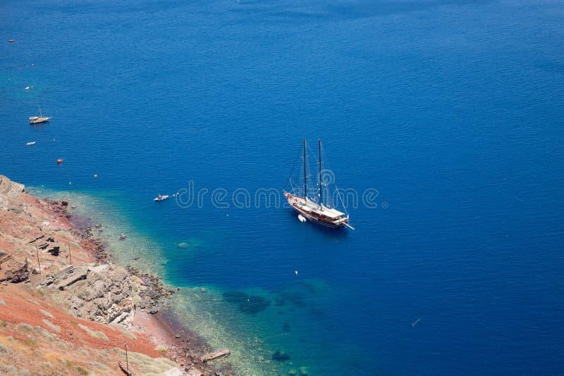 Santorini, νησί Santorini της Ελλάδας Πλέοντας γιοτ πολυτέλειας στην μπλε θάλασσα κοντά στο νησί στοκ φωτογραφίες