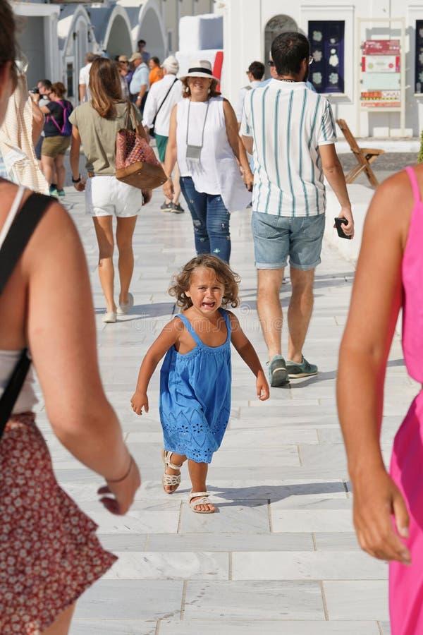 Santorini, Греция, 20-ое сентября 2018, маленькие белокурые выкрики девушки потому что она не видит ее родителей в Oia стоковые фото