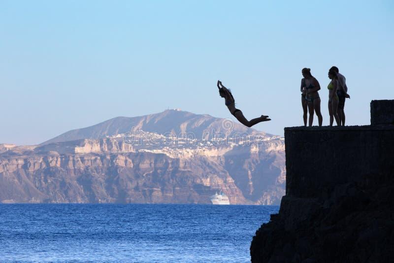 Santorini - молодые шлямбуры немногое на побережье под Oia стоковое фото rf