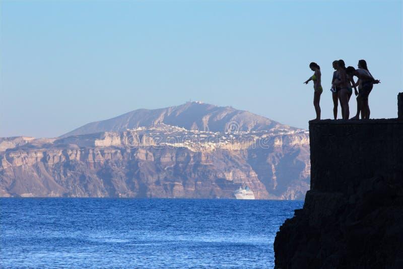 Santorini - молодые шлямбуры немногое на побережье под Oia стоковое фото
