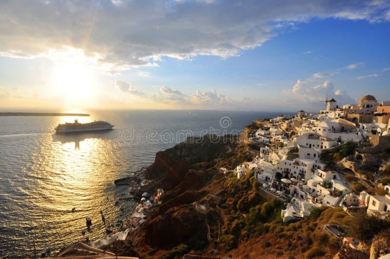 Santorini al tramonto con crociera fotografia stock libera da diritti