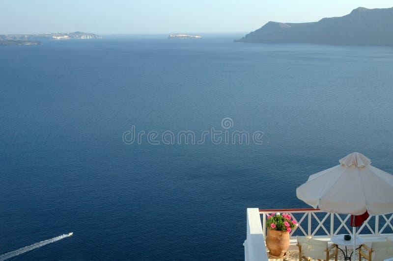 Santorini Ansicht mit Boot stockfoto