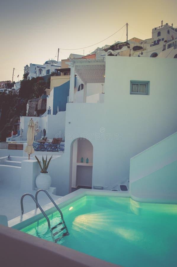 Santorini balkong med simbassängen fotografering för bildbyråer