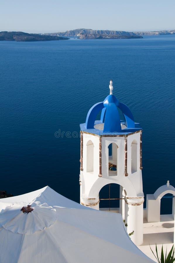 santorini blu Grecia del porto della chiesa della cupola immagini stock