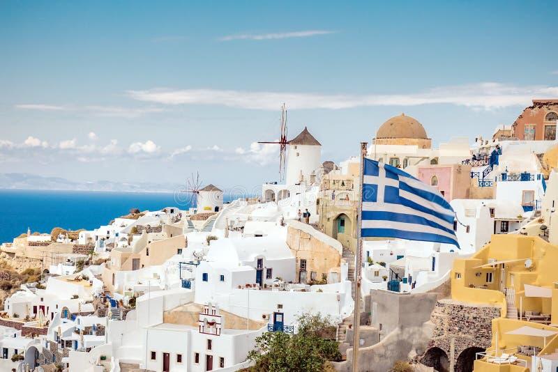 Santorini cênico com bandeira grega foto de stock