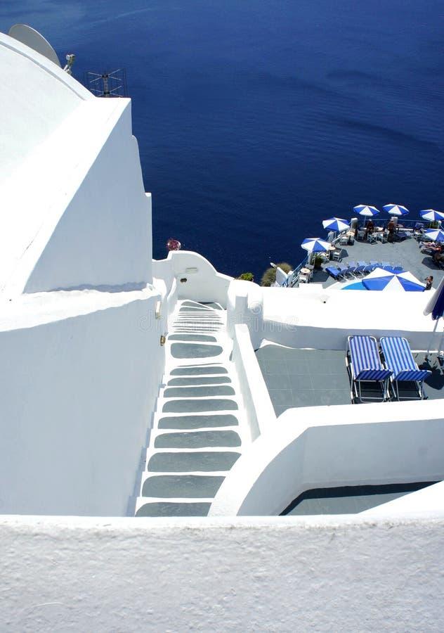 Santorini cosy Terrasse mit Treppenhaus lizenzfreies stockbild