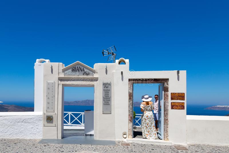 Santorini, Creta, Grecia: Isla Thira, Santorini Puerta blanca hermosa contra un cielo azul y un mar fotografía de archivo libre de regalías