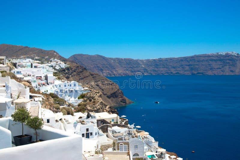 Santorini/Creta, Grecia: Isla Thira, Santorini Vista del volc?n Casas blancas hermosas contra un cielo azul foto de archivo libre de regalías