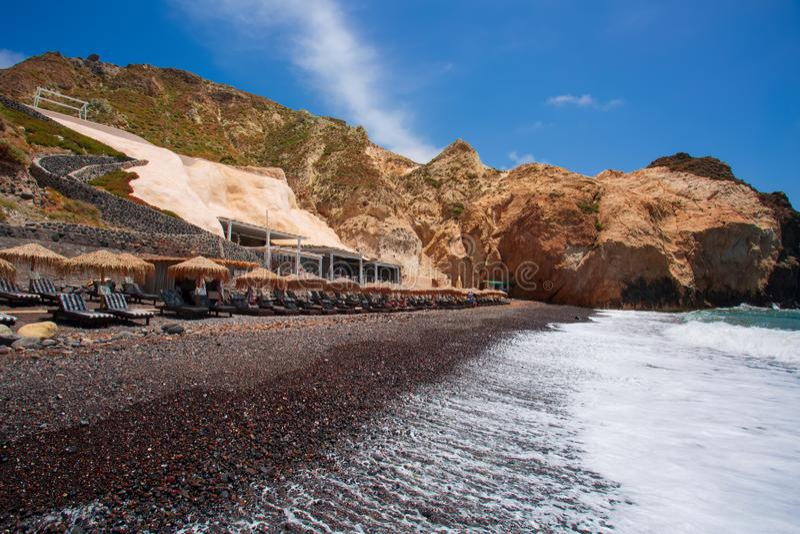 Santorini - den svarta stranden fr?n den s?dra delen av ?n royaltyfria bilder