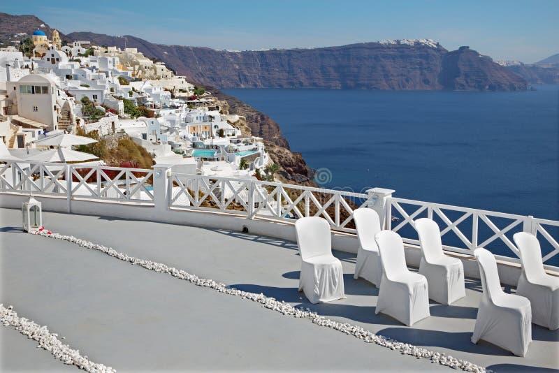 Santorini - den utrustade lyxiga semesterorten till bröllopceremoni i Oia (Ia) och calderaklipporna arkivfoto