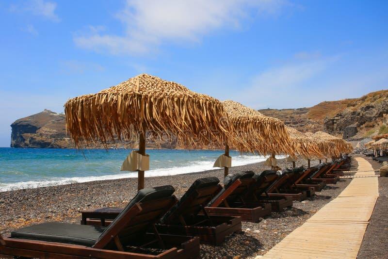 Santorini - der schwarze Strand vom S?dteil der Insel stockfoto