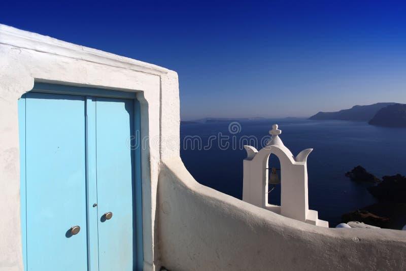 Santorini di stupore con il segnalatore acustico della chiesa in Grecia immagine stock libera da diritti