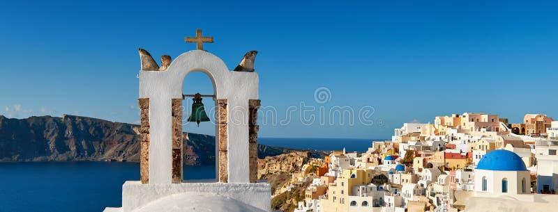 Santorini en Grèce - beffroi traditionnel et architecture d'Oia photographie stock