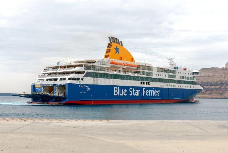 Santorini Ferry de mer d'amarrage dans le port Athinios photos stock