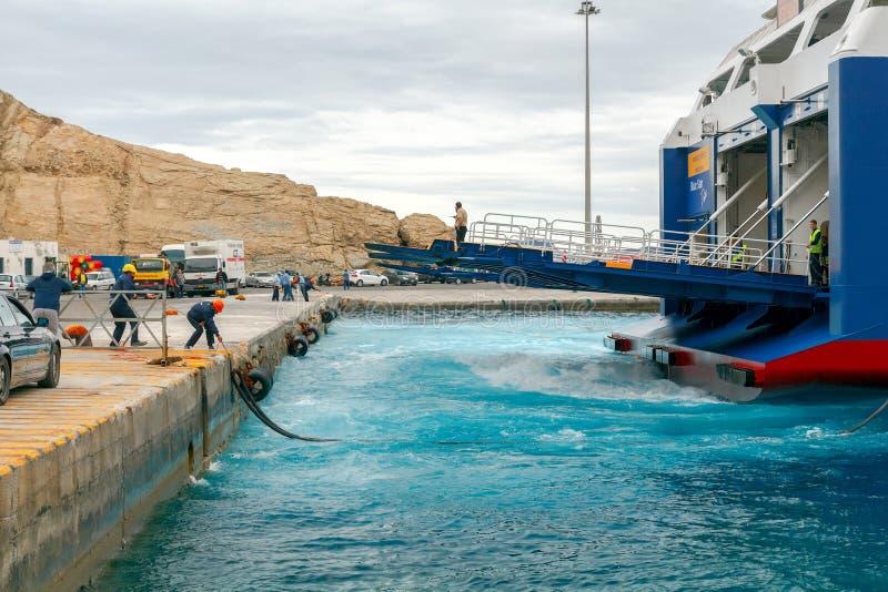 Santorini Ferry de mer d'amarrage dans le port Athinios photographie stock