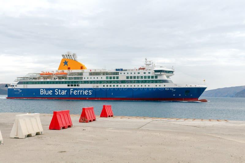 Santorini Ferry de mer d'amarrage dans le port Athinios photographie stock libre de droits