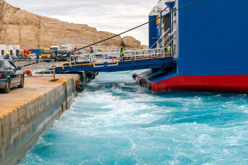 Santorini Ferry de mer d'amarrage dans le port Athinios image libre de droits