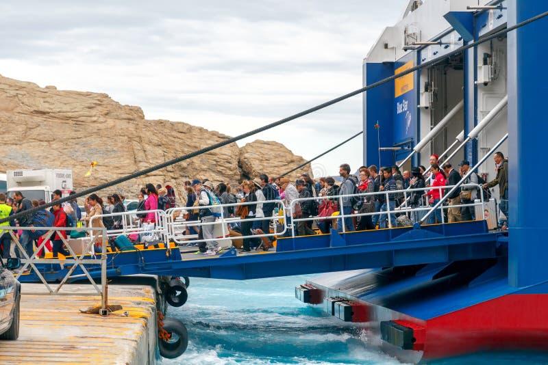 Santorini Ferry de mer d'amarrage dans le port Athinios photo stock