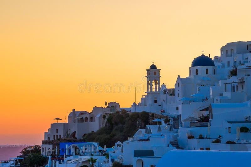 Santorini, Fira, Sommersonnenuntergang lizenzfreie stockfotos