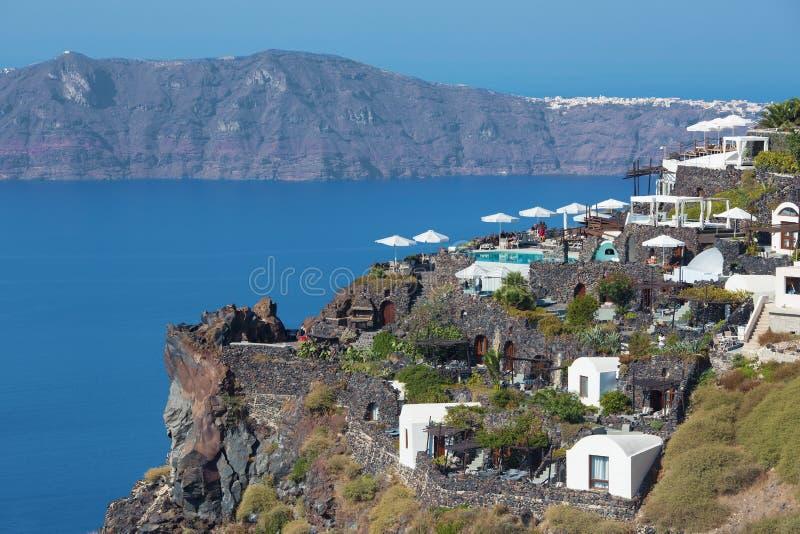 Santorini - framtidsutsikten över den lyxiga semesterorten i Imerovigili till calderaen med den Therasia ön royaltyfri fotografi