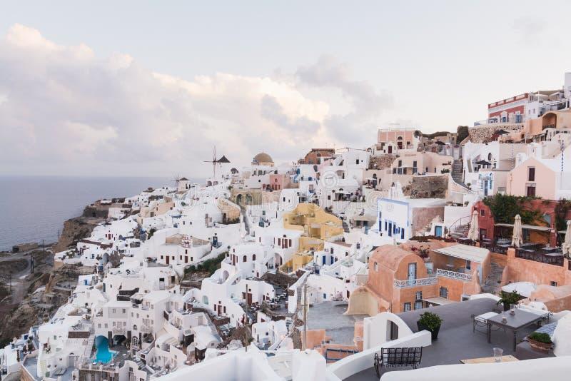 SANTORINI, GRÉCIA - EM MAIO DE 2018: Vista panorâmica icónica sobre a vila de Oia na ilha de Santorini, Grécia fotos de stock