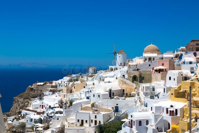 Santorini, Grécia: Ilha Santorini Casas brancas bonitas contra um céu azul e um mar foto de stock
