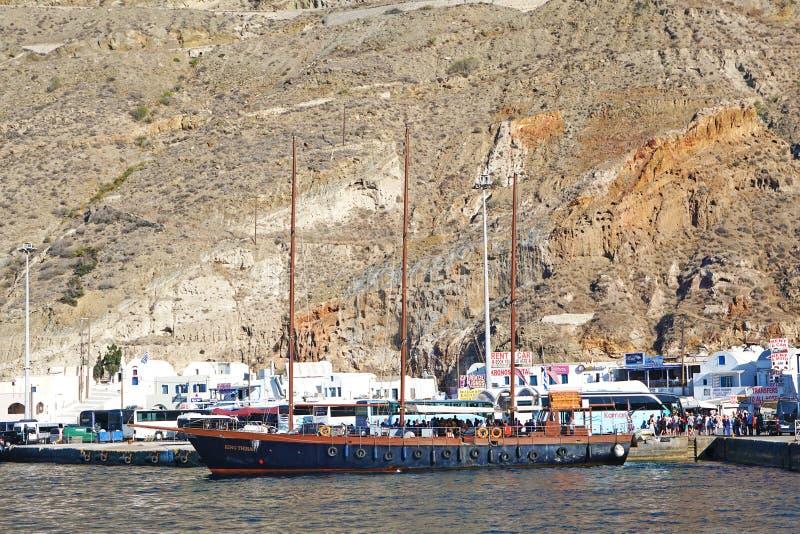 Santorini, Grécia, o 24 de setembro de 2018, navio de navigação antigo bonito chega no porto ocupado foto de stock royalty free