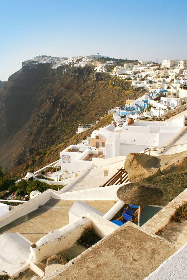 Santorini, Grécia: opinião do por do sol de Fira o capital sobre os penhascos do vulcão imagem de stock royalty free