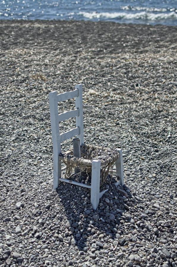 SANTORINI, GRÉCIA - 09/17/2014: um par cadeiras na praia fotografia de stock royalty free
