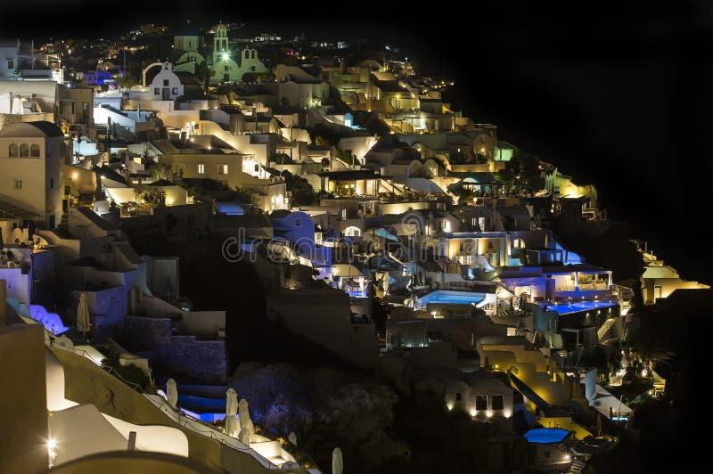 Santorini, Gr?ce Ville de Fira, vue de nuit de vilage d'Oia Un beau, romantique endroit, a résulté d'une éruption superbe de volc images libres de droits