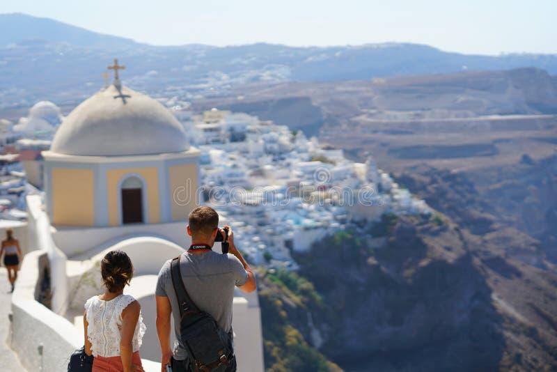 Santorini, Grecia, el 21 de septiembre de 2018, los turistas toma las fotografías imagenes de archivo