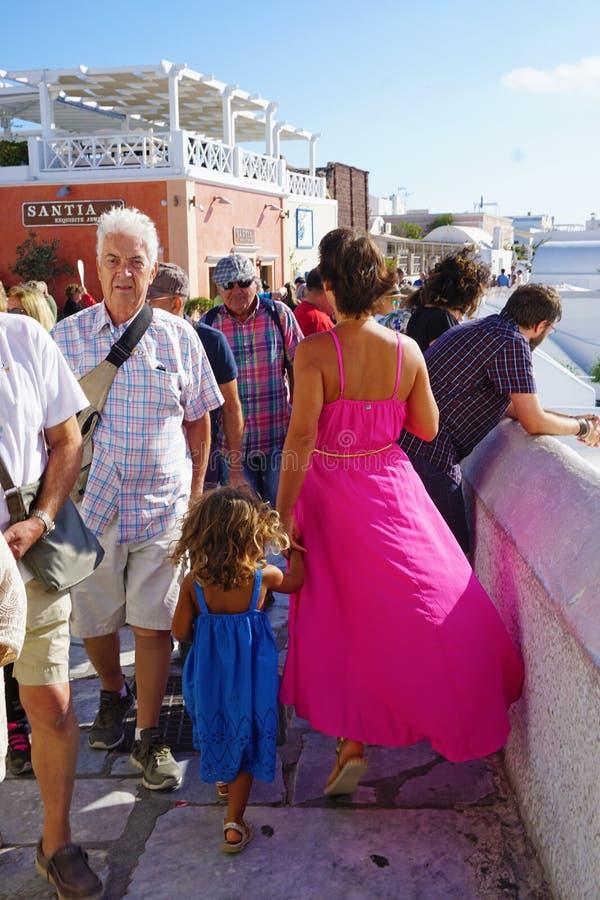 Santorini, Grecia, el 20 de septiembre de 2018 turistas que caminan alrededor de las calles de Oia fotografía de archivo libre de regalías