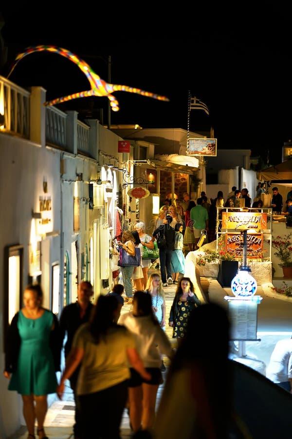 Santorini, Grecia 19 2018, turistas da un paseo y hace compras en la ciudad pintoresca de Oia fotografía de archivo