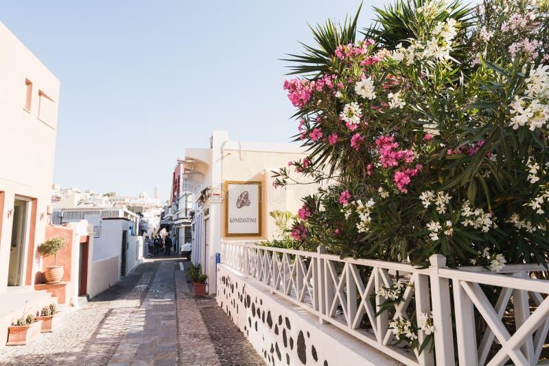 SANTORINI GRECJA, MAJ, - 2018: środkowa zakupy ulica Oia wioska na Santorini wyspie, Grecja fotografia stock
