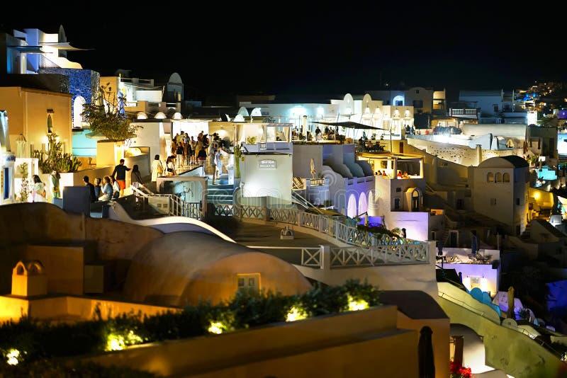 Santorini, Grecja, Wrzesień 19 2018, turyści które spacerują w wieczór przez ulic Oia od wszystkie światu zdjęcia stock