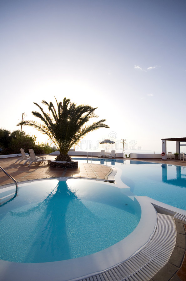 Santorini greco delle isole della piscina fotografia stock