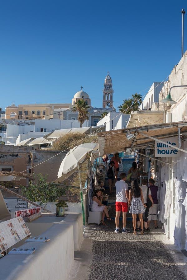 SANTORINI/GREECE στις 5 Σεπτεμβρίου 2017 - τουρίστες που περπατούν στις οδούς ο στοκ εικόνα