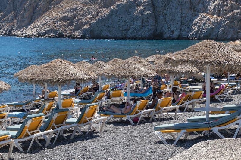 SANTORINI/GREECE 9月05日- Kamari海滩在圣托里尼,希腊 免版税库存照片