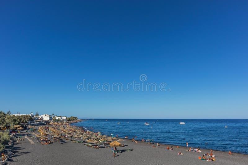 SANTORINI/GREECE 9月05日- Kamari海滩在圣托里尼,希腊 库存照片