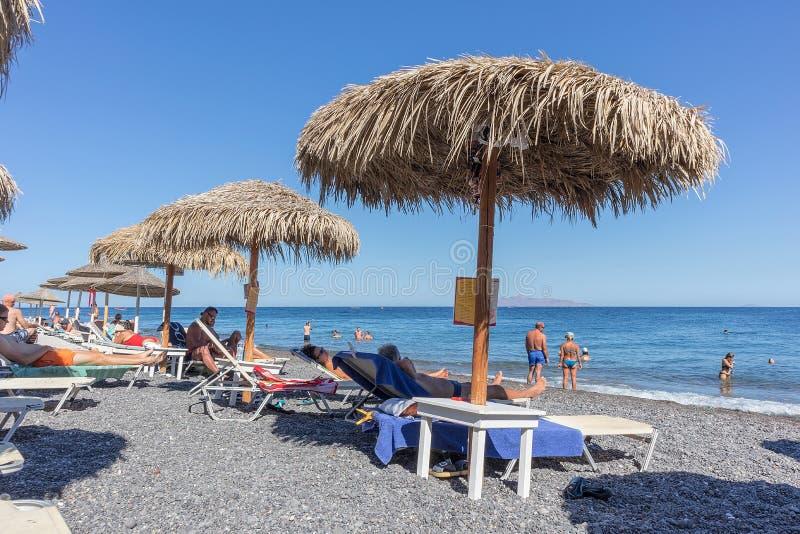 SANTORINI/GREECE 9月05日- Kamari海滩在圣托里尼,希腊 图库摄影