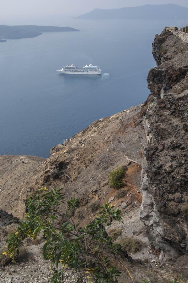 SANTORINI/GREECE - Ansicht von Cruiseship in Calde lizenzfreie stockfotos