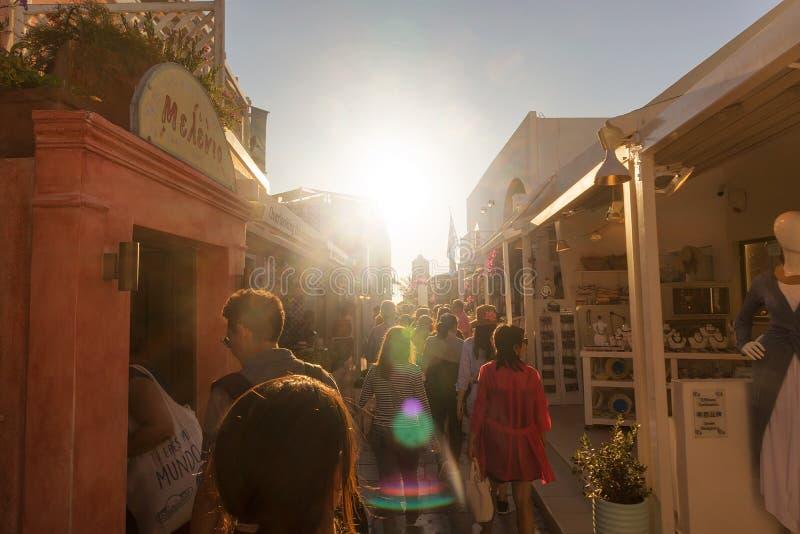 SANTORINI/GREECE 6 de setembro de 2017 - pessoa que anda nas ruas de imagens de stock royalty free