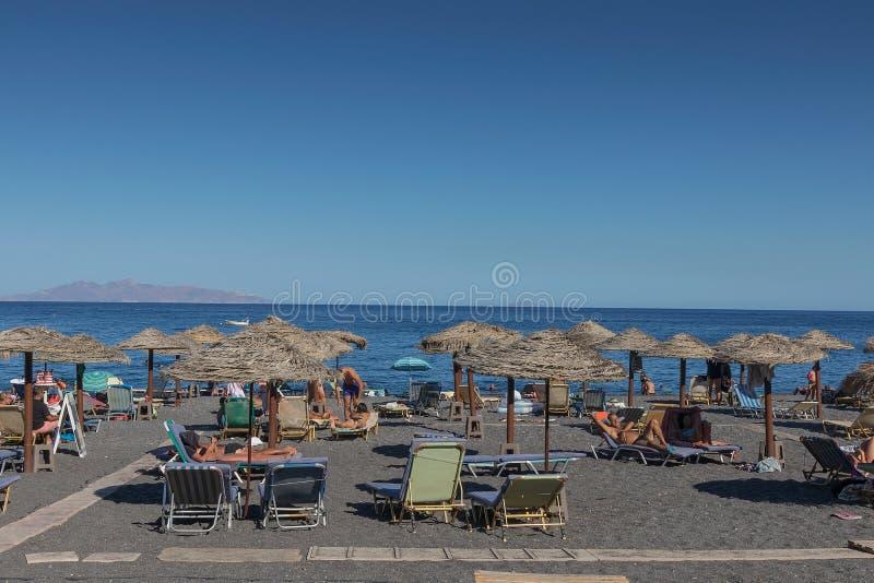 SANTORINI/GREECE o 5 de setembro - praia de Kamari em Santorini, Grécia fotos de stock royalty free