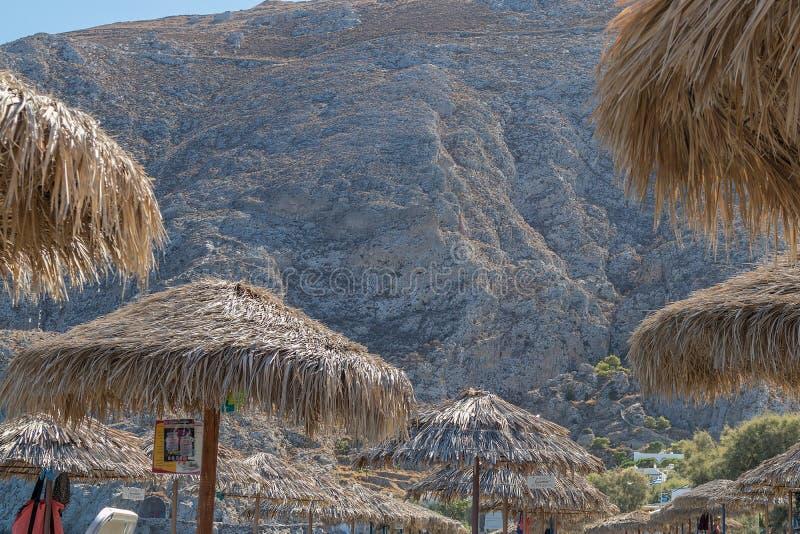 SANTORINI/GREECE o 5 de setembro - praia de Kamari em Santorini, Grécia fotografia de stock
